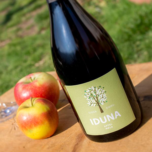 Flasche Iduna Apfel-Cider mit Äpfel.