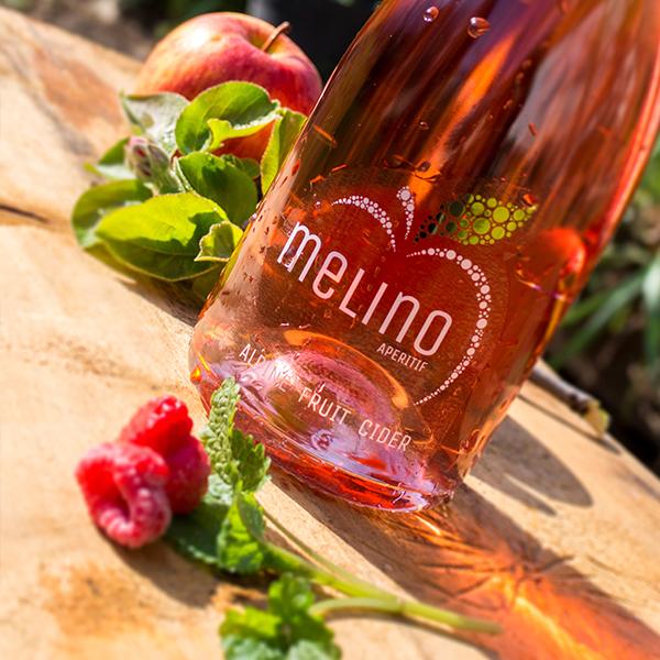 Eine Flasche Melino mit Himbeeren.