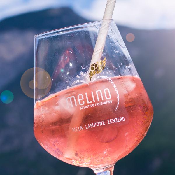 Ein Glas Melino in der Sonne.